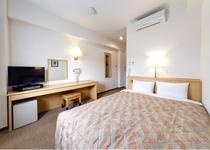【ダブルルーム】クイーンサイズのベッド(幅160cm)添寝は小学生1名様まで可能でございます。