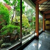 緑を望む通路からの中庭
