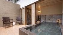 ■別邸藤黄■半露天風呂■ご家族やグループ旅行にも対応した大きな浴槽。自家源泉100%。
