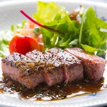 【ステーキ】噛むほどにおおいた和牛の甘みが口いっぱいに広がります。