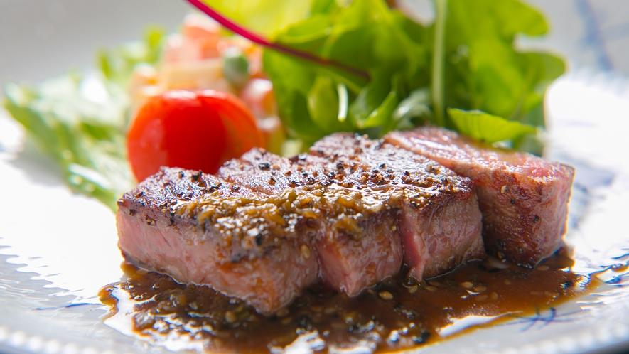 ■夕食イメージ■【ステーキ】噛むほどに料理長厳選の国産黒毛和牛の甘みが口いっぱいに広がります。