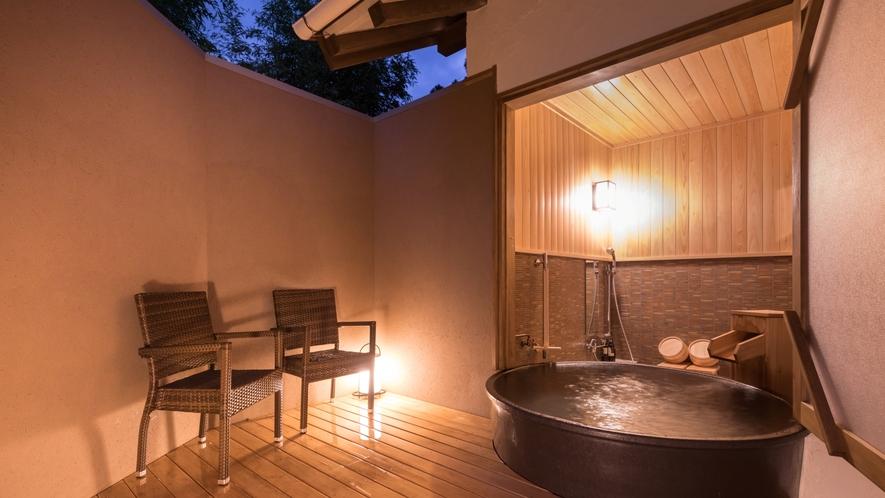 ■別邸月白■半露天風呂■ゆったりとした大きな陶器製の浴槽が新鮮な半露天風呂。