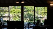 本館ロビーでは、季節の移り変わりを感じることができます。