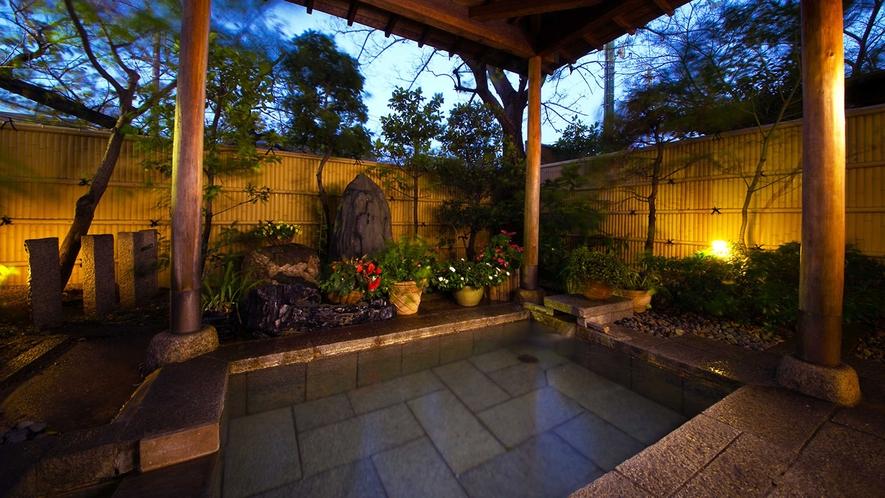麦飯石・四季の木々が広がる庭園露天風呂。リラックス効果を高め疲労回復に◎