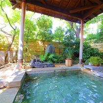 ■庭園露天風呂■夏の季節は新緑が美しく、湯気が立ち込め、ほんのり広がる木々の香りにリラックス♪