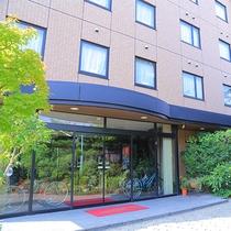■ホテル外観■豊田ICより車で5分。トヨタ自動車や関連企業も徒歩圏内でアクセス◎大きな松が目印です