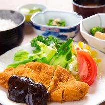 ■名古屋名物の「味噌カツ」■八丁味噌のコクを生かしたソースがジューシーなカツとの相性◎!