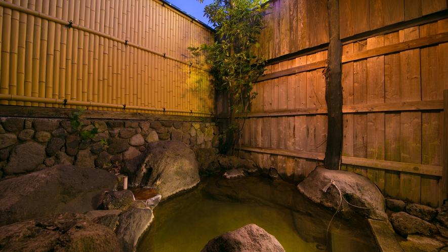 夜風に吹かれながらの露天風呂は心も身体も温まります