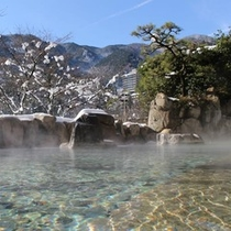 冬の男性野天風呂