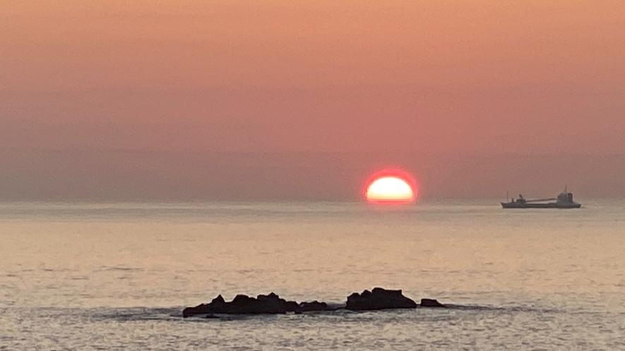 部屋の窓からの日の出(冬場は海岸丘からになります)