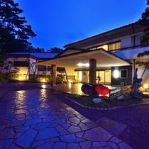 *【外観/夕景】三保の松原内に佇む和風旅館