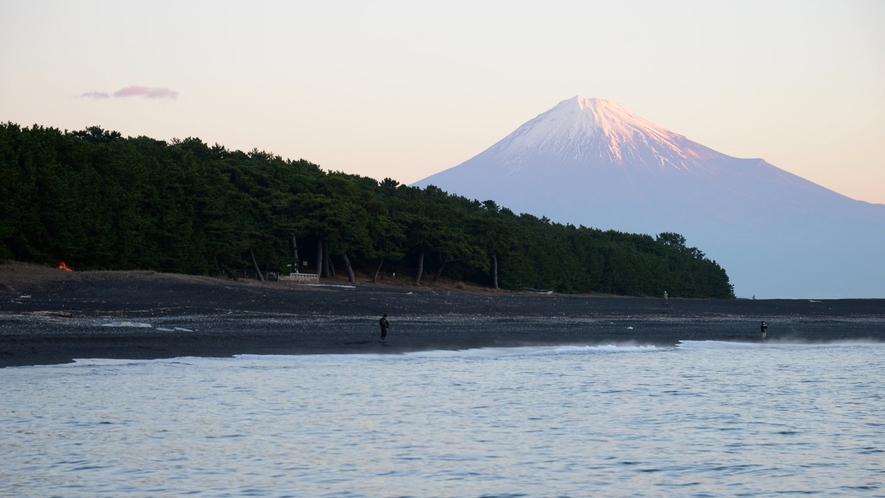 **【周辺/三保の松原】当館から徒歩1分という近さ。早朝、夕暮れの風景もすぐ傍に。