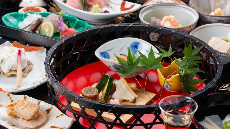 **【夕食一例】旬・土地の食材にこだわった趣向豊かな献立を、盛り付けや器の彩りと共にお楽しみ下さい