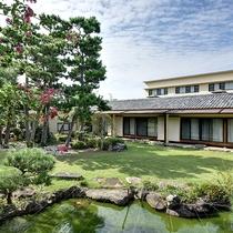 *【日本庭園】松に囲まれた緑深い庭園は、季節の移ろいと共に変化します