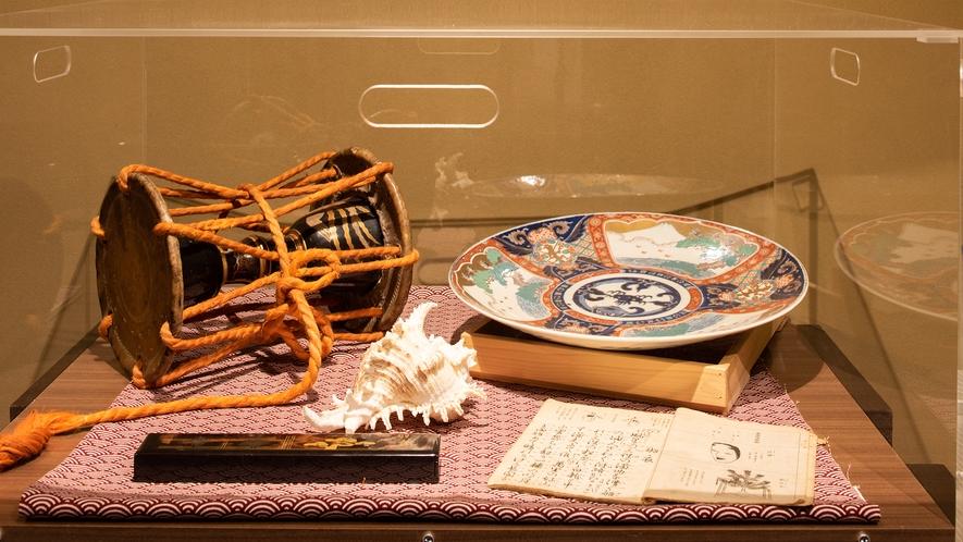 *【館内】能の演目「羽衣」で使用する鼓などの美術品を展示しています(大浴場横)