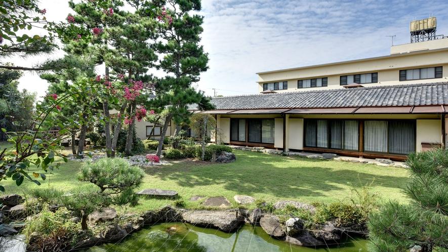 **【日本庭園】松に囲まれた緑深い庭園は、季節の移ろいと共に変化します