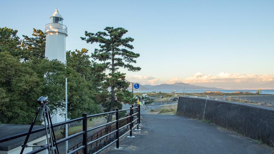 **【周辺/清水灯台】白色灯台×松×富士山が映える写真を狙うなら、ここが撮影スポットです