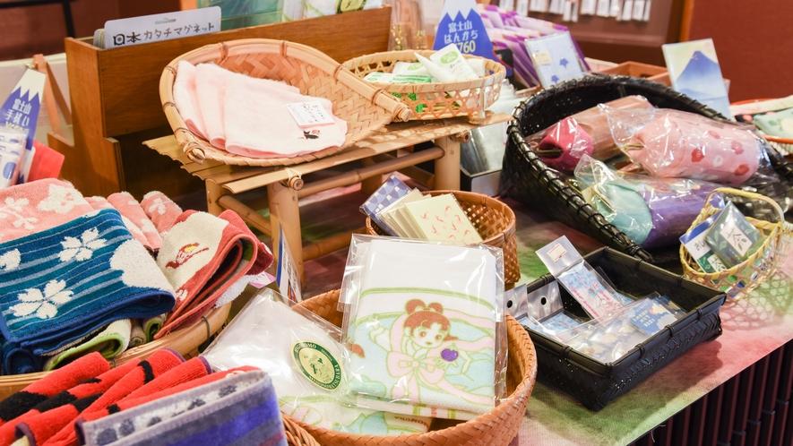 **【売店】富士山をモチーフにした雑貨や静岡のお茶など取り揃えています