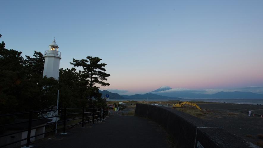 **【周辺/清水灯台】日本初、鉄筋コンクリート造りの灯台。先端の風見鶏、実は天女の形
