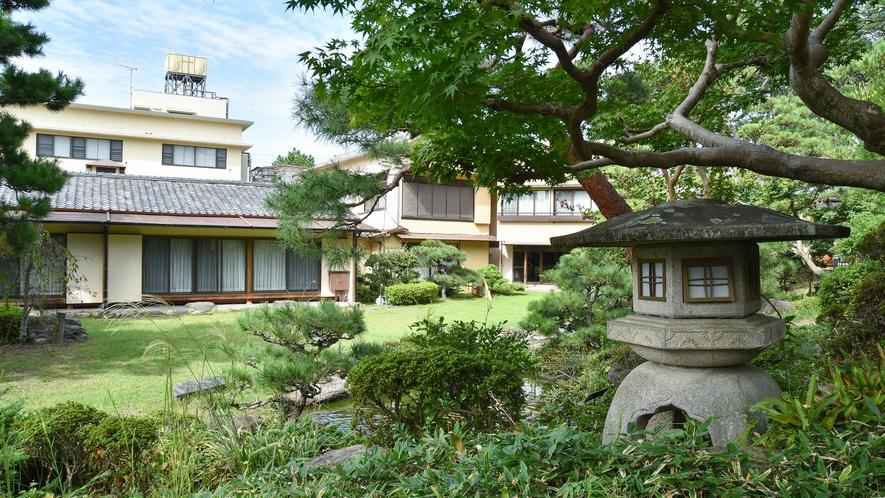 **【日本庭園】喫茶「薫」より深い緑の庭園を散策していただけます