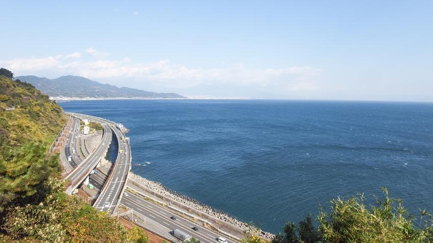 *【周辺/薩た(さった)峠】背景に富士の山。崖と海に、鉄道・国道・高速道路の3つの線が走ります
