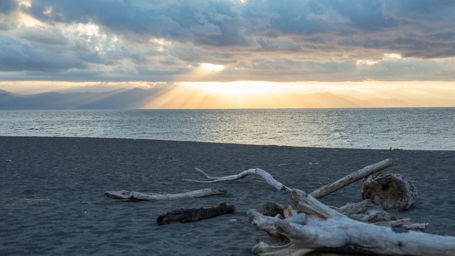**【周辺/三保の松原】雲間から差し込み輝く日の出の光