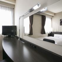 客室ディスク◇明るい照明とゆとりあるデスクスペースはビジネスに最適。