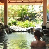 露天風呂『湯の舞の湯』…大浴場に併設している露天風呂は、自然が広がり開放感があります