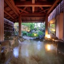 露天風呂『湯の舞の湯』…夜の湯の舞は庭園と小さな滝のライトアップがおすすめです