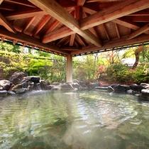 露天風呂『神嘗の湯』…手入れが行き届いた日本庭園をゆっくり眺めながら開放感に浸れます