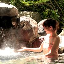 露天風呂『神嘗の湯』…岩沼屋の温泉は源泉から近く、良質なお湯が豊富に注がれています