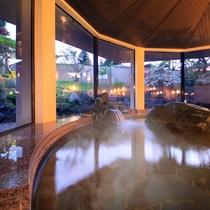 大浴場『湯の舞の湯』…夜は庭園がライトアップされ、昼とは違う姿を楽しむことができます