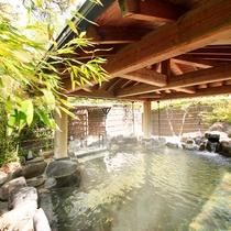 露天風呂『神嘗の湯』…大浴場から少し回廊を歩くと自然に囲まれた露天風呂があります