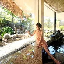 大浴場『湯の舞の湯』…大きな窓から見える日本庭園が四季折々の姿を変える大浴場です