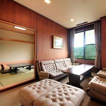 ファミリールーム…和室8~10+8畳の機能的な客室です。リビング、バルコニー、バス・トイレ付。