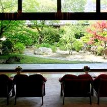 フロントロビー…ガラスごしに日本庭園を眺めることができます。忙しい毎日の中でほっと一息つける場所です