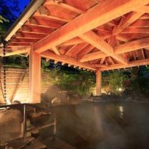 露天風呂『神嘗の湯』…庭園のライトアップとお湯が注がれる音で心身ともにリラックスできます