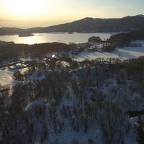 夕方の曽原湖...木々の影が雪面に伸びています