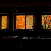秋の食堂から