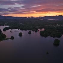 空から見た夕方の小野川湖...島が点々と見えます
