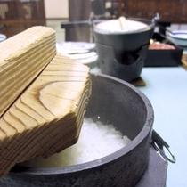 *【ご飯】朝食は、目の前でご飯を炊きあげます!ホクホクの味と風味をお楽しみください。