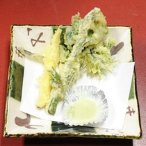 *【山菜プラン】その時旬の山菜を天ぷらに。サクッとした歯ごたえと山菜のほろ苦さが絶妙な逸品。