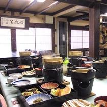 *【朝食(一例)】炊き立てご飯の香りに包まれながら、和の風情ある囲炉裏の間でお召し上がりください。