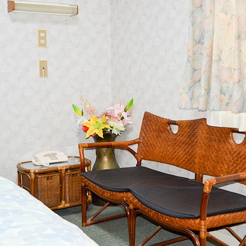 【客室一例】ツインルームのイス