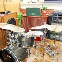【ドラム】1F喫茶にあり!ピアノも置いています