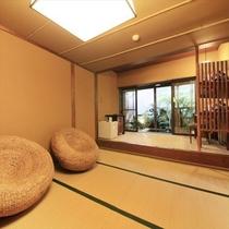 坪庭付貸切露天風呂の広々とした脱衣所