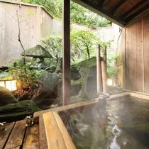 坪庭付の源泉かけ流しの貸切露天風呂