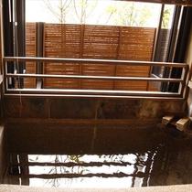 豆砂利洗い出しの半露天風呂付の客室