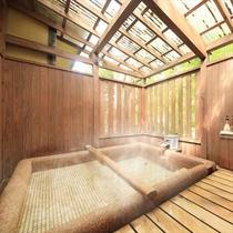 寝転ぶだけでなく、半身浴や足湯もできるので楽しみ方は色々の寝湯付貸切露天風呂