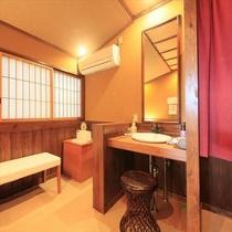 寝湯付貸切露天風呂の脱衣所にはCDプレーヤーやラジオ設備